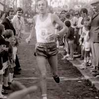 <strong>Veldlopen Borsbeke  -  1974</strong><br> ©Herzele in Beeld<br><br><a href='https://www.herzeleinbeeld.be/Foto/889/Veldlopen-Borsbeke-----1974'><u>Meer info over de foto</u></a>